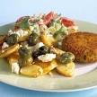 Gebakken aardappelen met witte kaas en olijven
