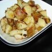 Gebakken aardappelstukjes met feta en olijven