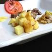 Gebakken aardappelen met runderfilet en tomatensalade